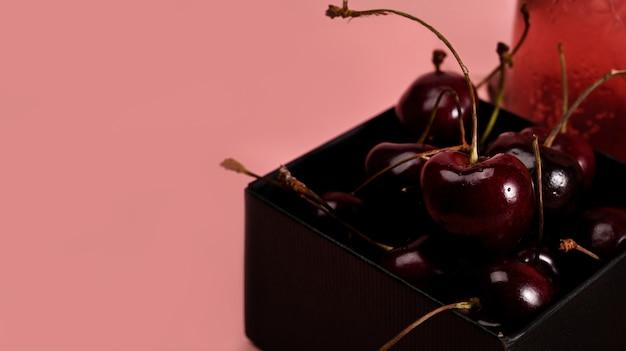 Fermez les cerises fraîches dans une boîte.