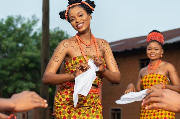 Fermez la culture locale avec des danseurs heureux