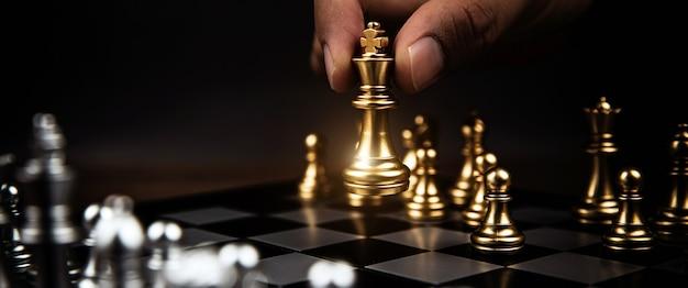 Fermez le défi des échecs du roi avec une autre équipe d'échecs.