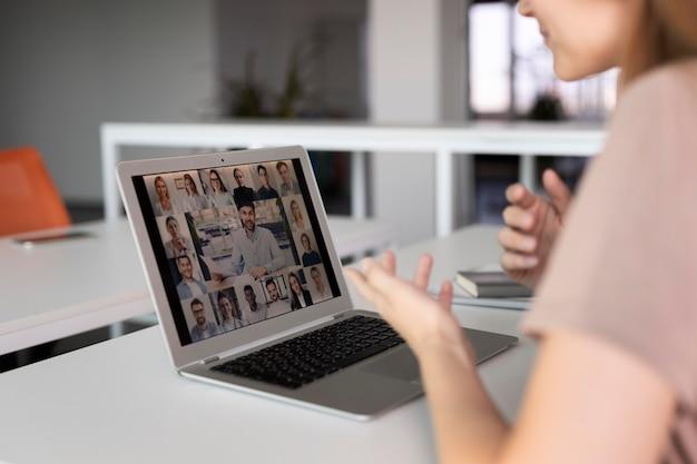 Fermez les employés lors d'une réunion en ligne