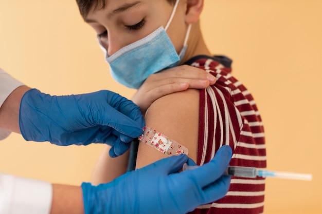 Fermez l'enfant après avoir reçu le vaccin