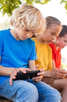 Fermez les enfants avec des appareils