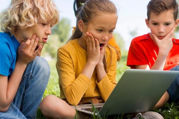 Fermez les enfants avec un ordinateur portable