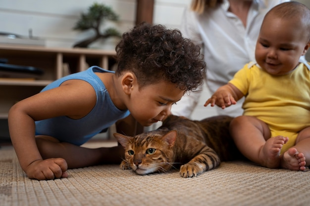 Fermez les enfants et les parents avec un chat