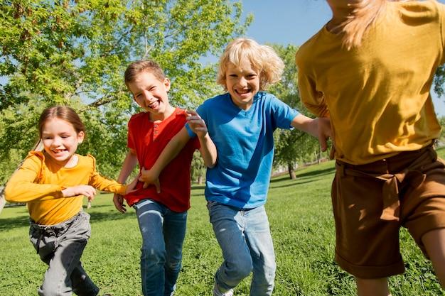 Fermez les enfants qui courent ensemble