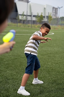 Fermez les enfants qui jouent ensemble