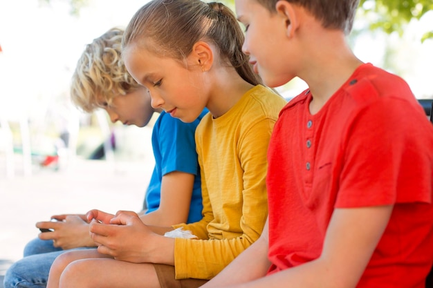 Fermez les enfants avec des smartphones à l'extérieur