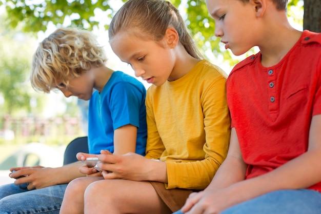 Fermez les enfants avec des smartphones