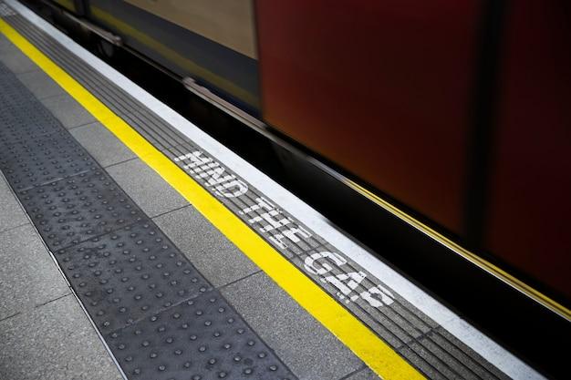 Fermez les escaliers mécaniques avec un message