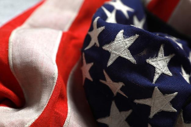 Fermez les étoiles sur le drapeau américain couché librement.