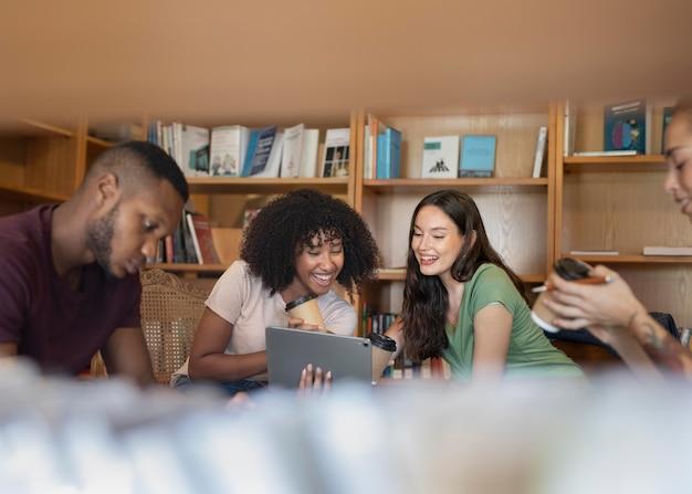 Fermez les étudiants qui apprennent ensemble