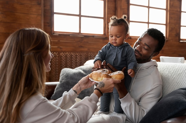Fermez la famille souriante avec de la nourriture