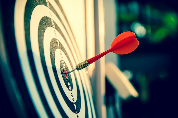 Fermez la flèche de couleur rouge au centre de la cible pour le ciblage commercial et le succès.