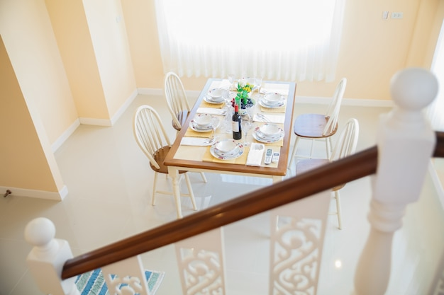Fermez l'intérieur du confortable salle à manger au design moderne avec table à manger.