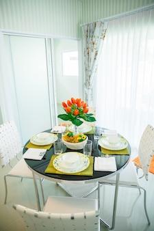 Fermez l'intérieur de la salle à manger au design moderne avec table à manger.