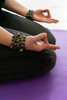 Fermez la main. femme faire du yoga en plein air. femme exerçant et zen relax et yoga de relaxation. concept sain et mode de vie. photo de haute qualité