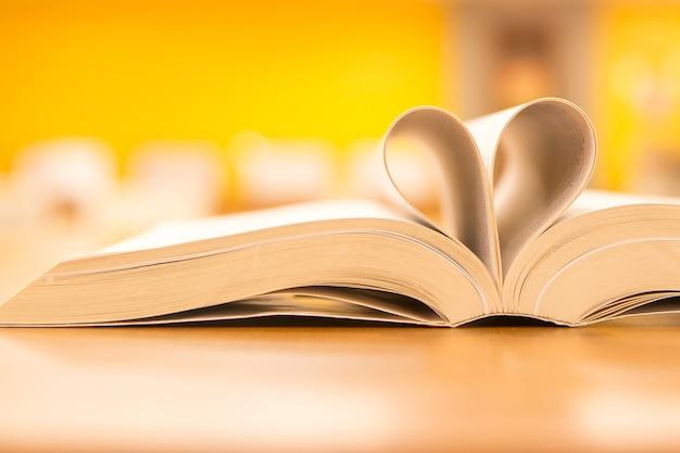 Fermez la page du livre en forme de coeur à la bibliothèque.