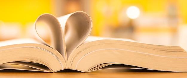 Fermez la page d'un livre en forme de coeur.