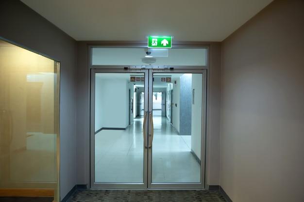 Fermez le panneau vert de sortie de secours avec la sortie de la porte.