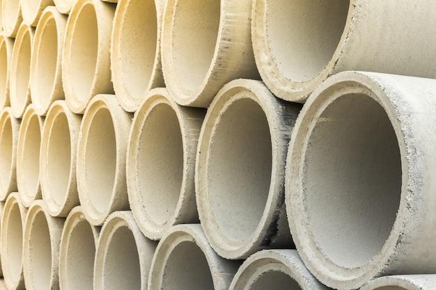 Fermez la pile de tuyaux de drainage en béton