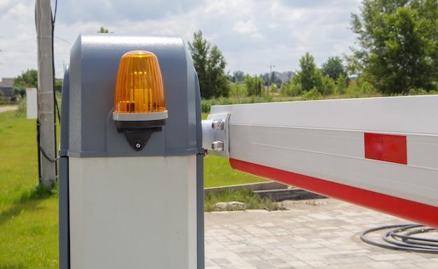 Fermez la porte. système de sécurité automatique. système d'entrée automatique. signal lumineux jaune avec une barrière de rue. portes barrières système de sécurité automatique.