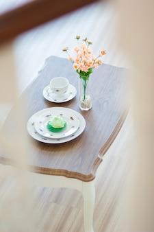 Fermez la salle à manger au design moderne avec table à manger et vase sur la table en verre.