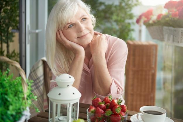 Fermez-vous sur une femme mûre de rêve sur le balcon