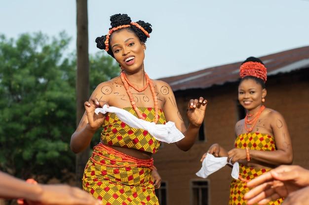 Fermez-vous vers la culture locale avec des danseurs souriants