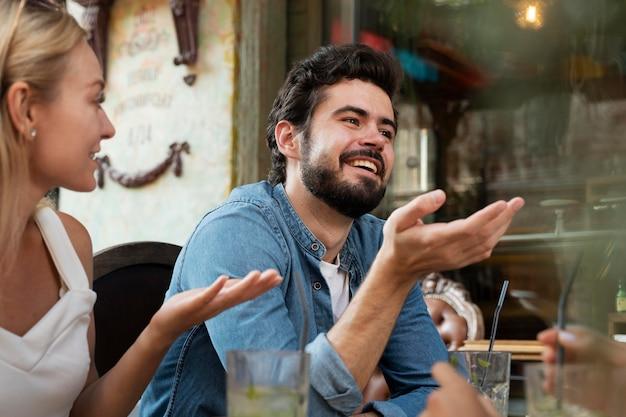 Fermez-vous vers le haut des amis souriants discutant