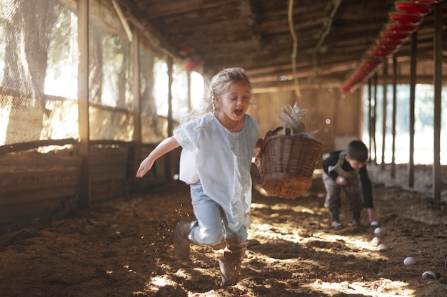 Fermez-vous vers le haut des enfants ramassant des oeufs