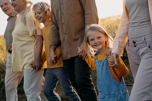 Fermez-vous vers le haut de la famille heureuse dans la nature