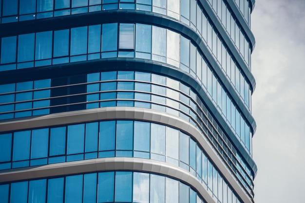Fermez-vous vers le haut d'un immeuble moderne en béton et en verre
