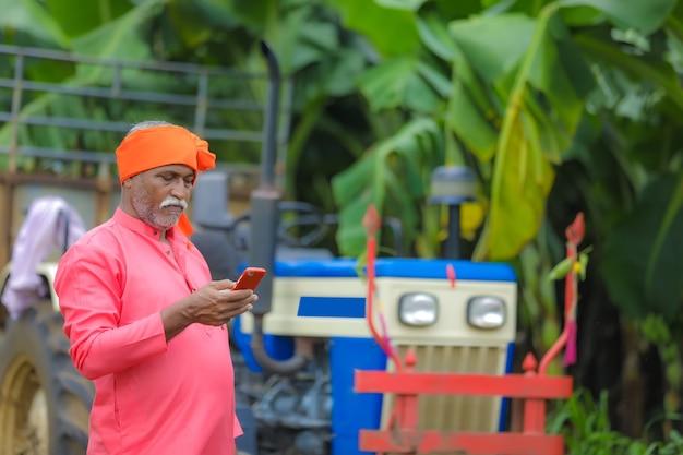 Fermier indien à l'aide d'un smartphone