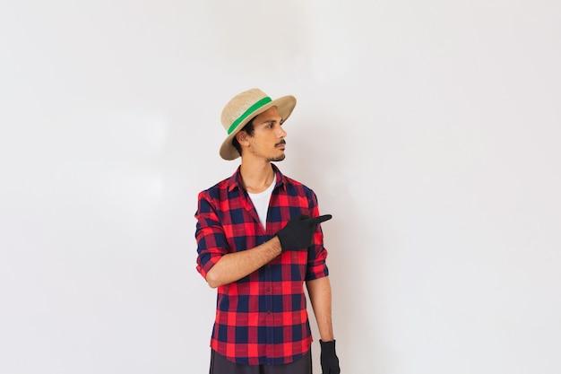 Fermier noir jeune homme avec chapeau et gants isolé en fond blanc