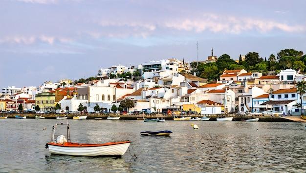 Ferragudo, un village de pêcheurs traditionnel en algarve, portugal