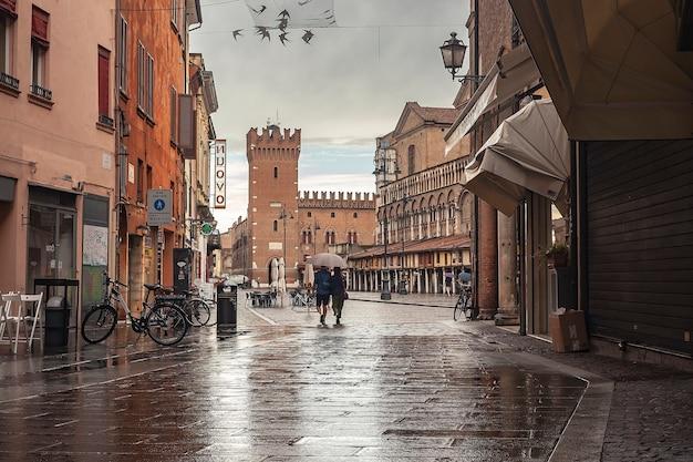 Ferrara, italie 29 juillet 2020 : ruelle de ferrara avec vue sur le château et la place principale