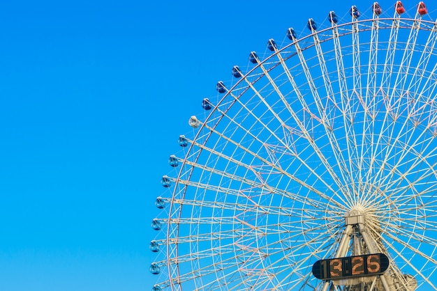 Ferris wheel avec blue sky