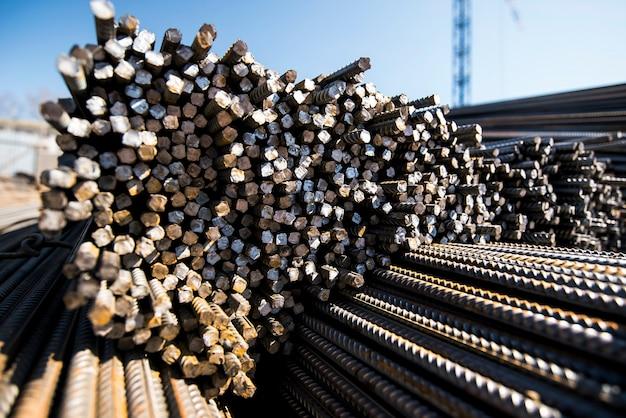 Ferrures métalliques sur le chantier