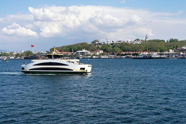 Ferry dans le bosphore à istanbul vue sur la ville voile