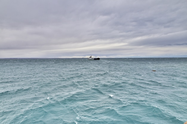 Le ferry sur le détroit de magellan, tierra del fuego, chili