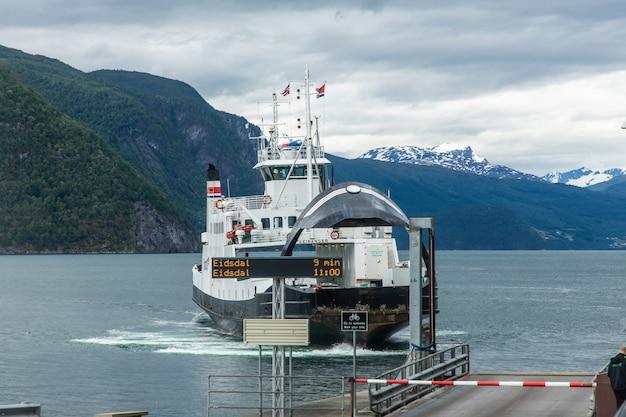 Ferry à l'embarcadère dans un fjord d'alessund