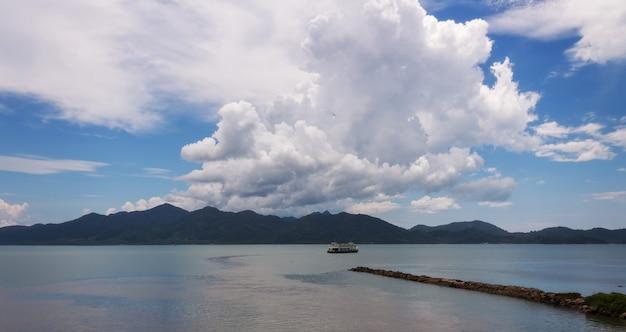Ferry naviguant sur la mer vers l'île aux montagnes en thaïlande.