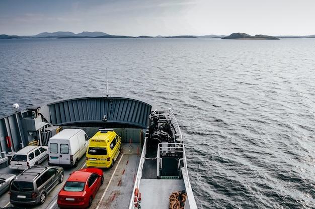 Ferry qui transporte des voitures