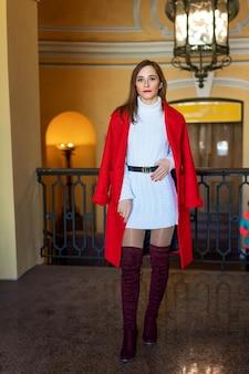 Feshion, femme, veste rouge, debout, rue