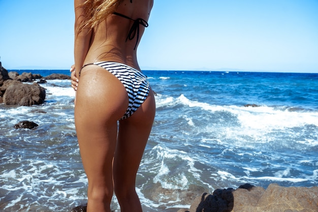 Fesse sexuelle sur le bord de mer rocheux