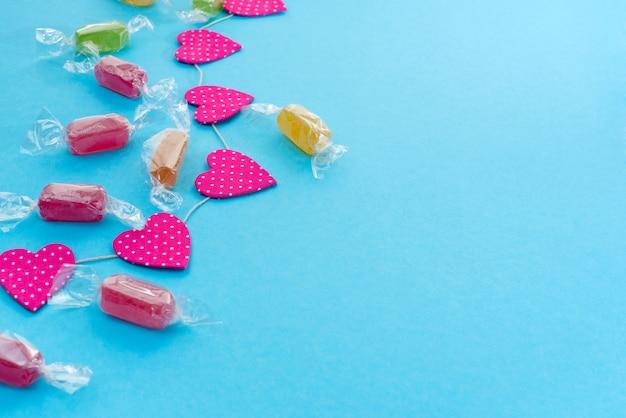 Festif fond avec des guirlandes lumineuses de bonbons confetti.