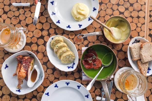 Festin dans un restaurant tchèque
