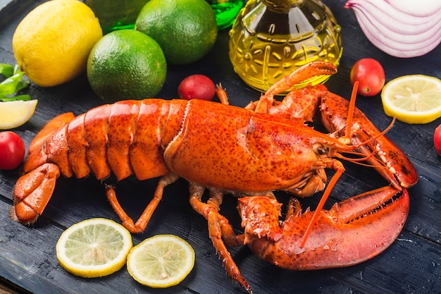 Festin de fruits de mercitron et homard de boston frais sur la glace