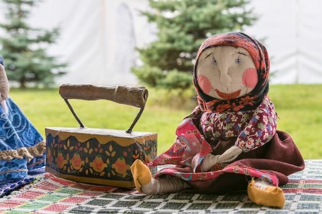 Festival d'art populaire des jouets en tissu faits à la main sont vendus