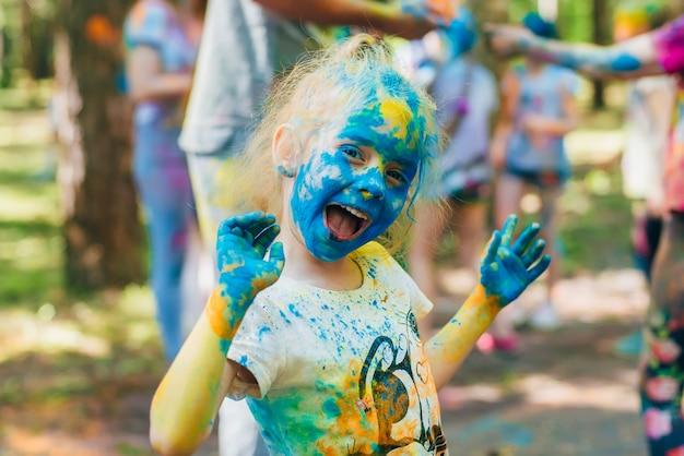 Festival des couleurs holi. joyeux enfants joyeux